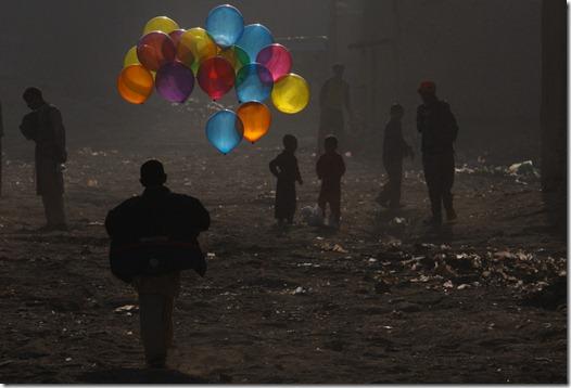 boy afghanistan war balão menino guerra