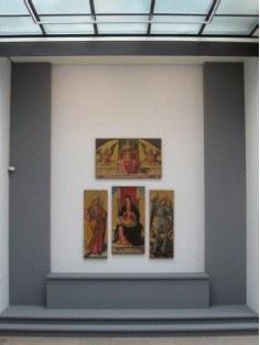 Vue de l'accrochage au Musée des Beaux-Arts de Caen. Une importance particulière a été accordée à la scénographie pour cette grande exposition.
