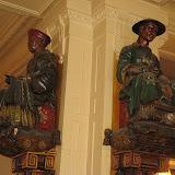 800px-Statues,_Les_Deux_Magots,_Paris.jpg