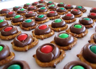 Christmas Pretzel Buttons
