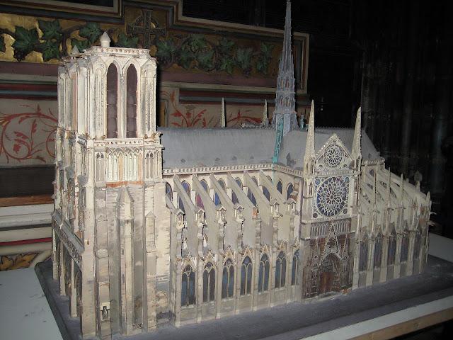 Model Notre-Dame, který si můžete uvnitř katedrály prohlédnout.