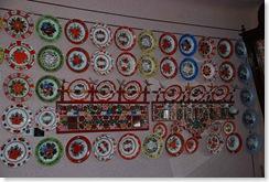 foto 2peretele cu farfurii multicolore