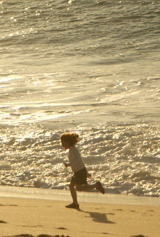 Criança a correr na praia