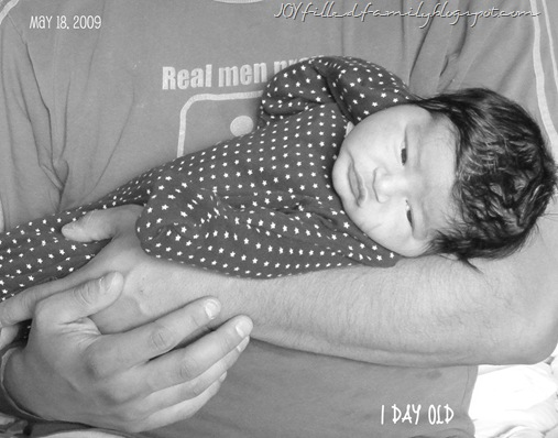 day 1 baby in dad&#39;s arms