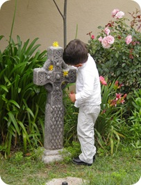 papi decorating the courtyard before the ceremony 006