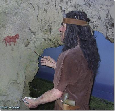 Recreación del artista que pintó en la cueva de las Arañas en el museo de Santa Pola
