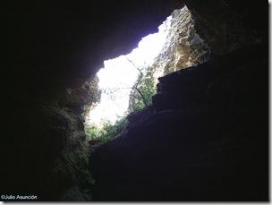 Entrada de una de las cuevas desde su interior