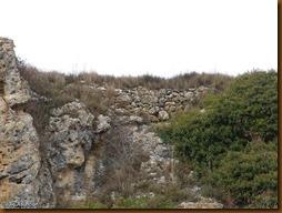 Muralla de sillarejo que refuerza la muralla rupestre