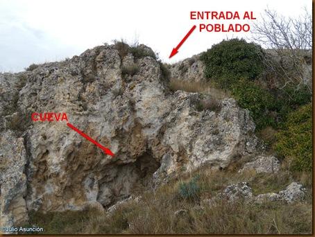 Cueva y entrada al poblado
