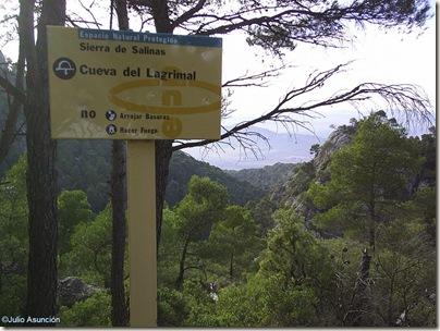 Cartel indicativo en las cercanías de la cueva del Lagrimal - Villena