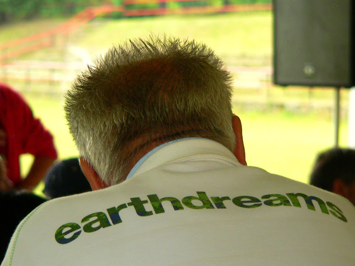earthdreams text on the shirt