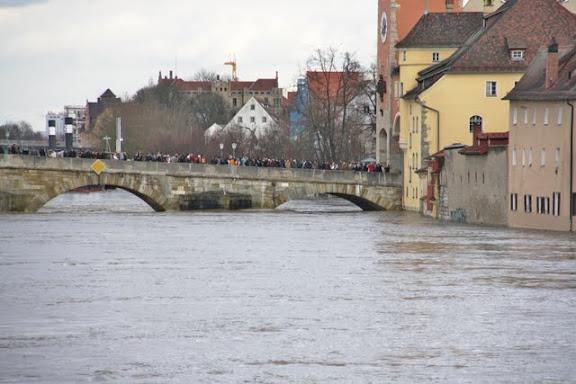 http://lh3.ggpht.com/_uzLsIJX7LLU/TTH7fnNfJMI/AAAAAAAACtk/o7QaMLSOyu8/s576/regensburg-hochwasser-15012011IMG_1607.jpg