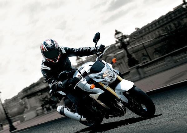 moto Suzuki GSR 750 Naked