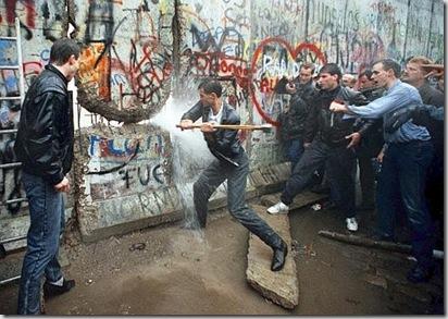 Röhrbein, I cosiddetti Mauerspechte impegnati nell'abbattimento del Muro, Berlino, 11 novembre 1989 - © Röhrbein - Ullstein Bild - Archivi Alinari