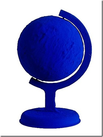 Yves Klein, Le terre bleue, 1957, pigmento I.K.B. e resina su gesso, cm. 35,5x29,5x28