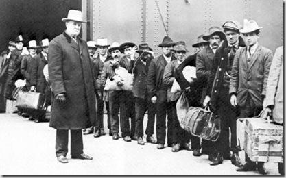 1911. Sbarco di emigranti italiani a Ellis Island