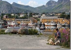 meg og hundene ved båtene (1140 x 760)