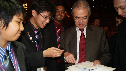 Tun Abdullah checking out the One Young World Report 1.0