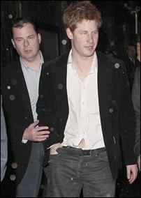 Príncipe Harry saindo de bar