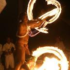 einheimische Jungs spielen mit dem Feuer