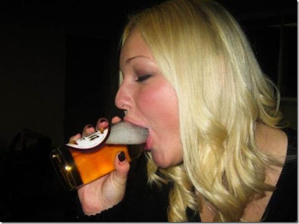 Garotas bebendo cerveja de forma estranha (1)