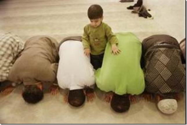 طفل يصلي