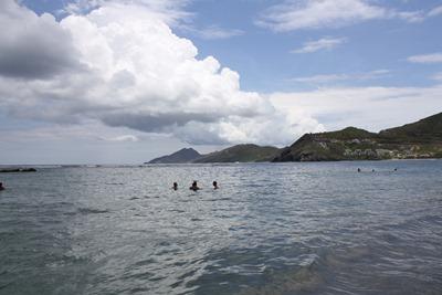 Na aguinha em St. Kitts. As nuvens surgem do nada e escondem o Sol, mas o calor é sempre abrasador... e a água é sopinha. Eu era um daqueles quatro  estarolas na água.