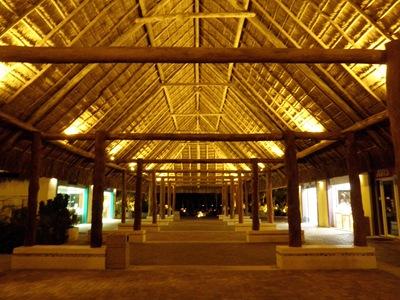 É tão giro ser o último a regressar ao porto e ver isto sem ninguém... gosto de Cozumel à noite