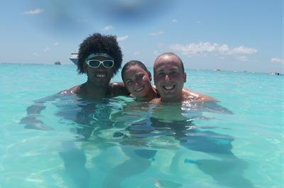 Ana, Greg e eu nas cristalinas águas de Half Moon