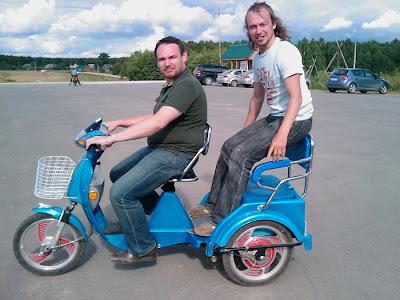 Самбул и Киньмыла на электро-рикше в Этномире