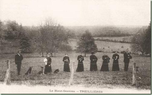 Mme Bergue en chapeau et sa domesticité (carte postale)