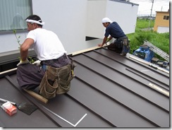 自然素材の家 屋根作業中