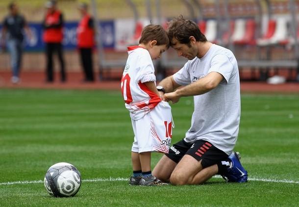 Ярно Трулли на футбольном поле вместе с сыном