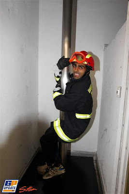 Карун Чандхок в форме пожарника