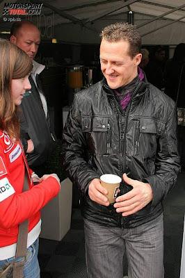 Михаэль Шумахер дает автограф девчонке
