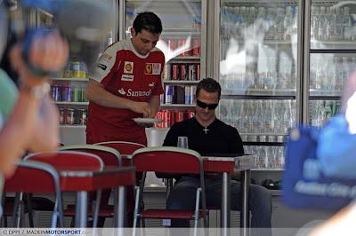 Михаэль Шумахер ест у Феррари
