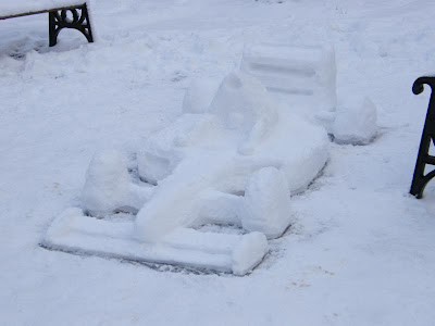 Болид Формулы-1 из снега