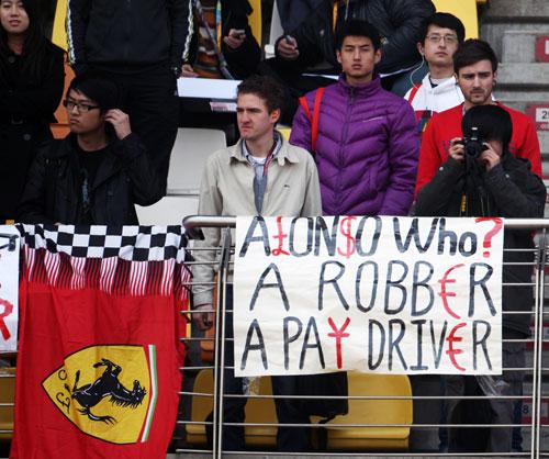 болельщики на Гран-при Китая 2010 считают Фернандо Алонсо рента-драйвером