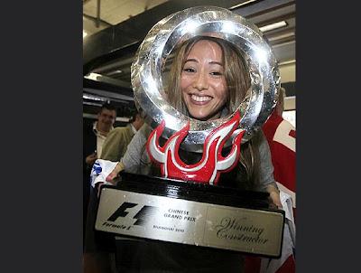 Джессика Мичибата с трофеем Дженсона Баттона