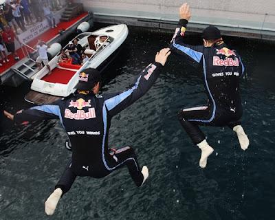 Марк Уэббер и Себастьян Феттель прыгают в море