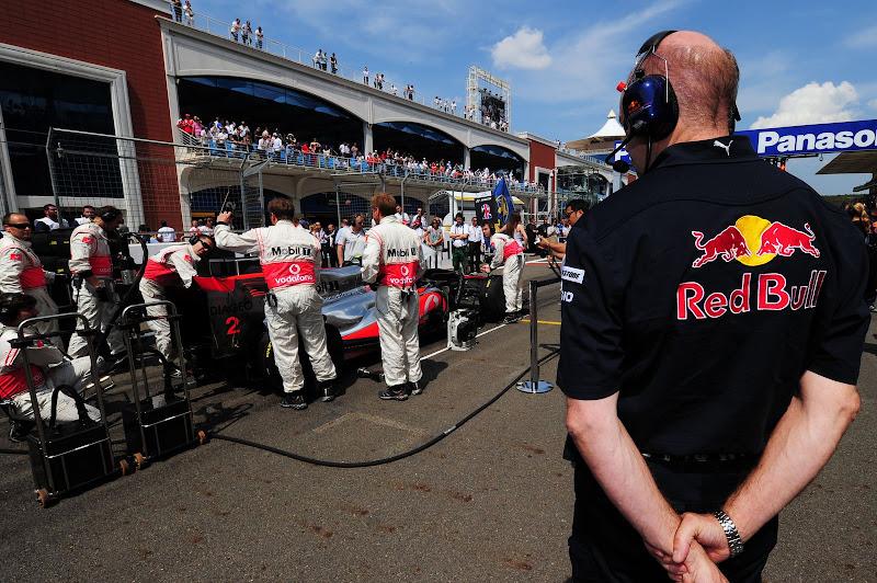 Эдриан Ньюи присматривает за McLaren