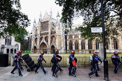 механики Red Bull на улицах Лондона