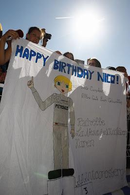 болельщики Нико Росберга поздравляют его с днем рождения