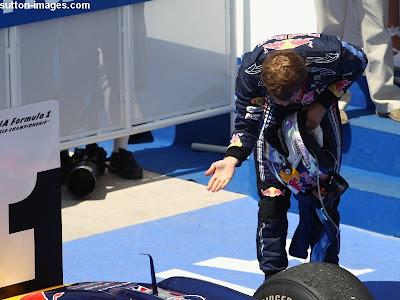 Себастьян Феттель кланяется своей машине после победы на Гран-при Европы 2010