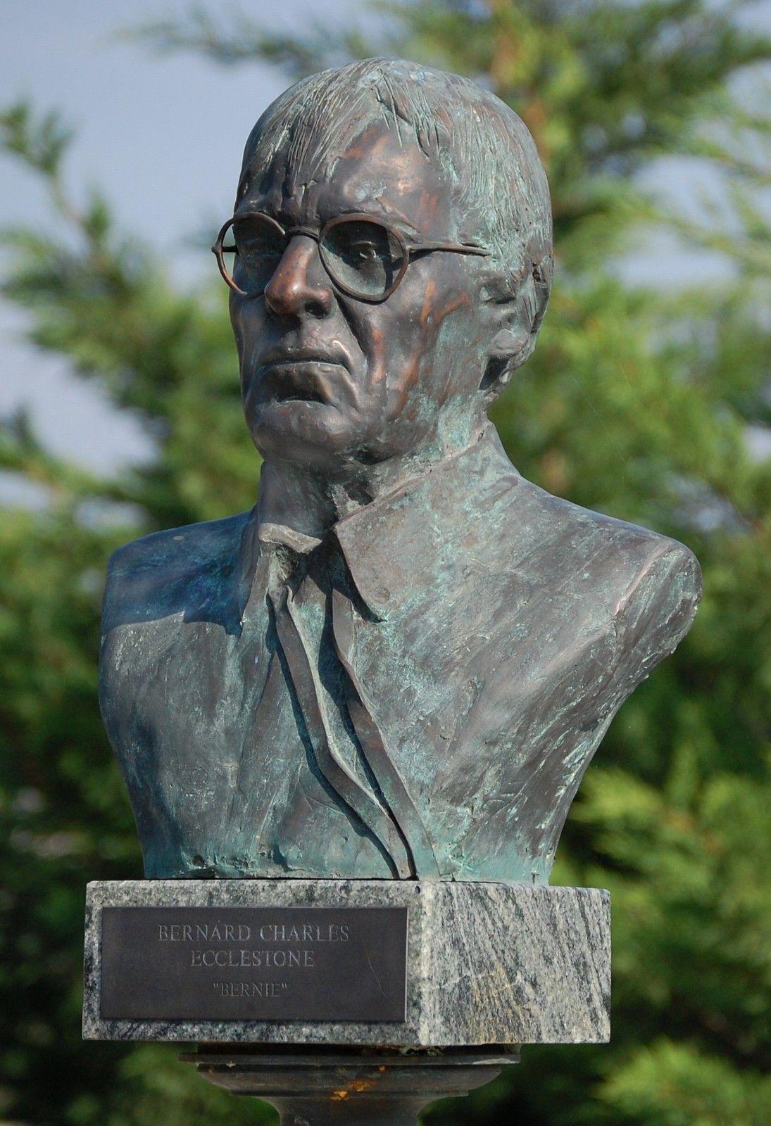 монумент Берни Экклстоуну вблизи Хунгароринга в Венгрии