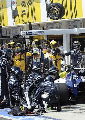 механики Williams наблюдают полет колеса от болида Нико Росберга на Гран-при Венгрии 2010