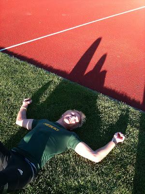 Хейкки Ковалайнен отдыхает на траве после тренировки