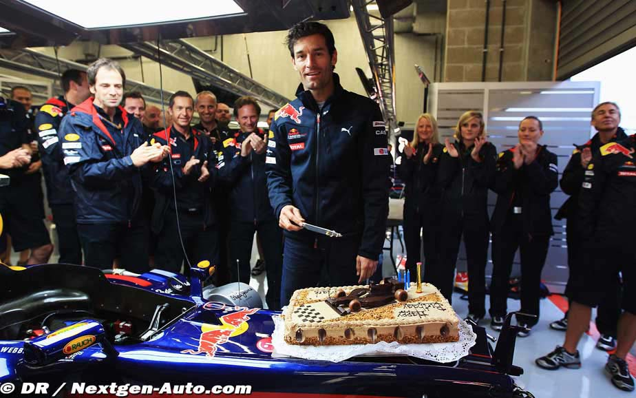 Марк Уэббер в боксах Red Bull разрезает праздничный торт