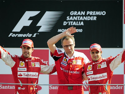 Стефано Доменикали и гонщики Скудерии на подиуме Гран-при Италии 2010