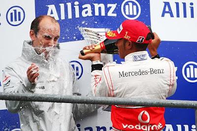 Льюис Хэмилтон на подиуме Гран-при Бельгии 2010